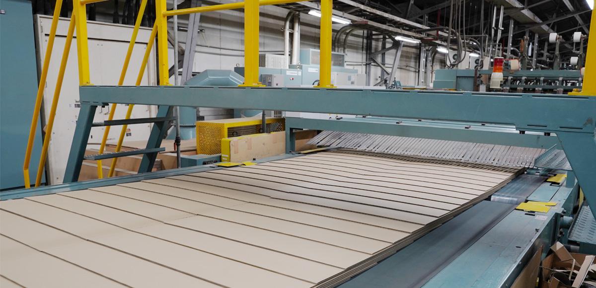 最新鋭コルゲートマシン国内でも最高レベルの生産性を誇る最新鋭コルゲートマシンを導入し、高品質・低コストな製品造りを実現しています