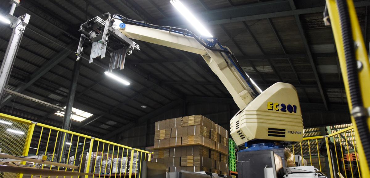 ロボットパレタイザーを配備し、徹底した省人化とコストダウンを追求します